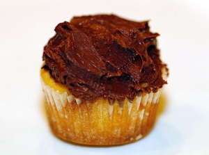vanilla-cupcakes-vegan-chocolate-frosting-gluten-free